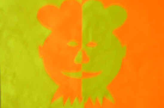 Gespiegelde Piet of Sinterklaas. Benodigd twee gekleurde vellen papier. Eén blad wordt in het midden gevouwen. Op dit blad tekenen de lln een Piet of Sinterklaas. Belangrijk is dat de helft van het gezicht op de vouwlijn zit. Daarna wordt het blad over de vouwlijn doorgeknipt. Eerst wordt de rest van het halve A4tje opgeplakt. Daarna het gezicht zelf aan de ander kant. Vervolgens worden de mond, neus en het oog nog apart uigeknipt en weer tegengesteld opgeplakt.
