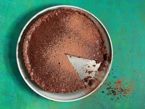 Vinnige sjokoladetert. 200 g koekies, fyngedruk 90 g botter 200 g donkersjokolade 3 eiers Voorverhit dit oond tot 160 °C. Smeer 'n 20 cm-tertpan en voer dit uit. 1. Meng die koekies met 50 g gesmelte botter. Voer die tertpan met die koekiemengsel uit en laat 30 min. in die yskas verkoel. 2. Verhit die sjokolade oor 'n dubbelkoker tot gesmelt. Voeg die oorblywende botter by tot gesmelt. Roer die eiers een vir een in tot gemeng. 3. Giet die sjokolademengsel oor koekiebasis, bak 12 min.