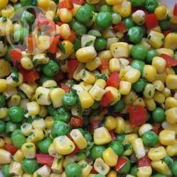 Schnelles Gemüse aus der Mikrowelle - Ein superschnelles Gemüse aus der Mikrowelle mit Mais, Paprika und Erbsen. Wer will kann das Gemüse mit frischem Koriander aufpeppen.@ de.allrecipes.com