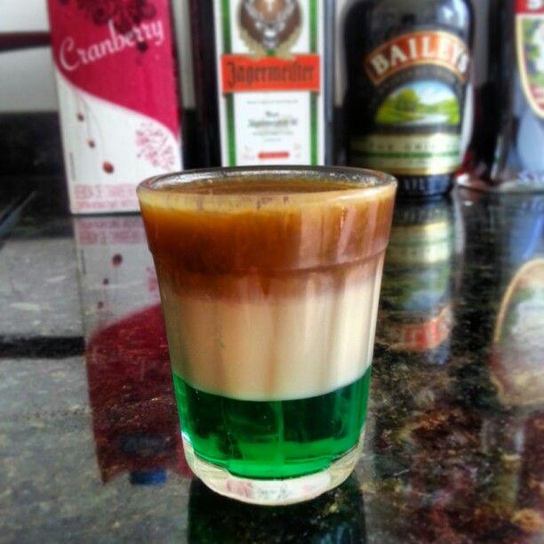 O MONSTRO DO LAGO NESS | Creme de menta, Baileys e Jagermeister | A mistura perfeita do creme irlandês com a menta e ervas aromáticas. Algumas doses e você sai vendo coisas por aí.