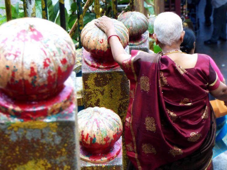 Ingezonden door: Charlotte van der Heijden Voorzichtig daalde deze respectabele dame de steile trappen van de Batu Caves, Maleisië, af, geflankeerd door haar kleurrijke familie. De rijke verven van de verweerde trappen contrasteren prachtig met het Rijke Indiase Rood van haar satijnen sari.  Suggestie voor kleurnaam: Rich Indian Red