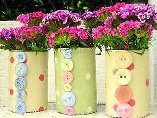 Vaso de lata decorada com botões by Jessica Santin (Jehhhhh), via Flickr