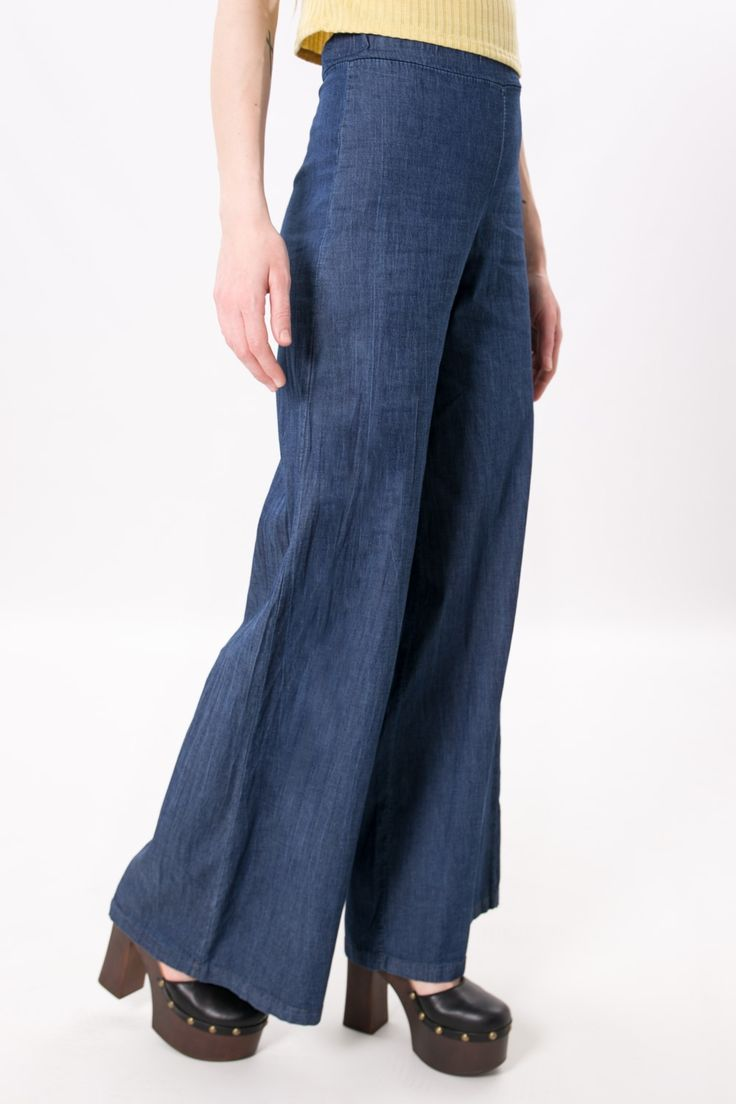 Pantalone a palazzo in cotone chambray, scende morbido e fluido nei fianchi. Vita alta e fascia elastica. Da abbinare ad un crop top per completare un look d' ispirazione Seventy.  La modella indossa la taglia S  #pantalone #vintage #moda #donna #look #outfit
