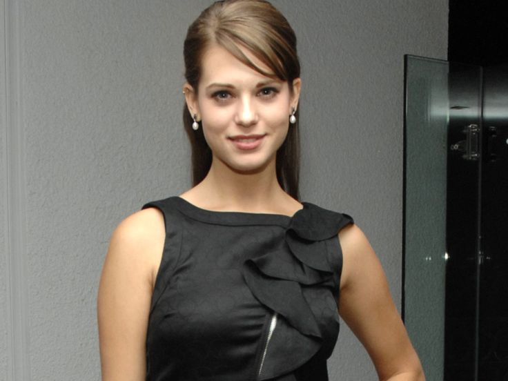 awesome Lyndsy Fonseca Hairstyle With Hair Color Name