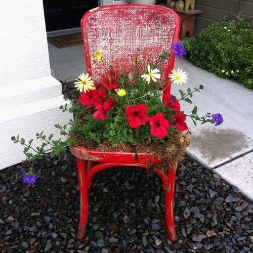 garten dekoration stühle blumenkübel verwandeln rot