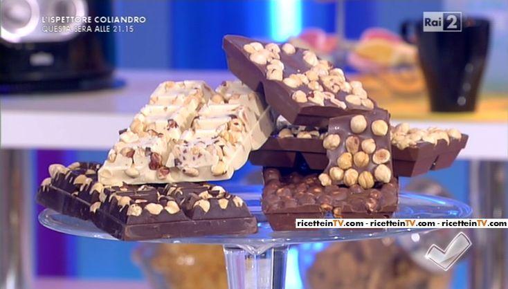 """""""Detto Fatto"""": la ricetta delle tavolette di cioccolato ripiene (al cocco, al mou e con le nocciole) di Mirco Della Vecchia del 19 febbraio 2016."""