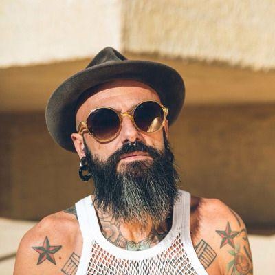 Hoy viernes os presentamos un adelanto de nuestra colección de #barbas  #DeHipsterALumbersexual en @coiffuremagazine Saldrá en mayo, feliz día. #quiquepop #Alicantecentro #Alicante #arreglodebarbas #hipster #lumbersexual #thebestoftheday #barber #barbershop #hairdresser #menstyle  (en Quiquepop Alicante)