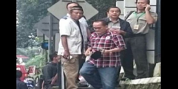 KOCAK! Hadiri Sidang Ahok Ruhut Sitompul Malah Masuk Ke Barisan GNPF  [portalpiyungan.co]Sidang kelima kasus penistaan agama dengan tersangka Ahok digelar hari ini di Auditorium Kementerian Pertanian Ragunan Jakarta Selatan. Massa pendukung Ahok dan pendukung GNPF-MUI pun sudah berkumpul di luar lokasi sidang. Namun sempat ada kejadian lucu saat pendukung Ahok salah masuk kerumunan. Ia adalah Ruhut Situmpol. Politikus Partai Demokrat ini malah masuk ke kerumunan massa GNPF. Alhasil ia tampak…