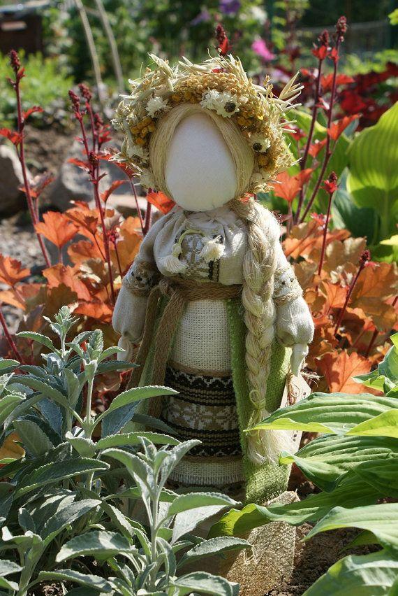 La muñeca de motanka es una de las más antiguas de artículos para el hogar ucranianos, hecho a mano. Formado inicialmente como un símbolo nacional de fertilidad y procreación, estas figuras desempeñaron un papel importante en la vida diaria de los ucranianos tempranos.  Mientras todavía en uso hoy en día, la tradición se ha convertido en uno más preocupado con estilo y decoración que nada mágico.  La principal peculiaridad de la muñeca es que debe ser sin rostro, a menudo con la Cruz en la…