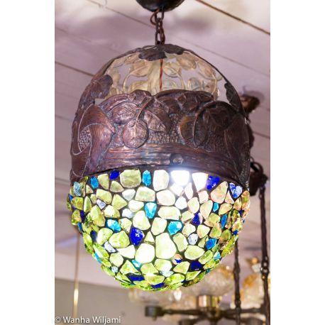 Harvinainen jugend kattovalaisin 1900-luvun alusta. Kuvun väri vaihtuu käytettävän lampun mukaan.  Hehkulampulla kuvun väri on roosa ja energiansäästölamppun valossa vihreä.