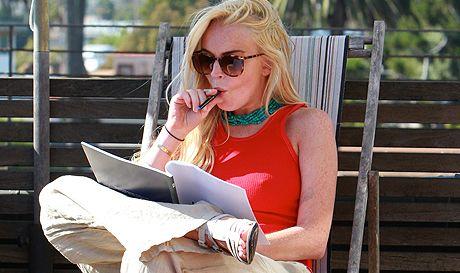 Lindsay Lohan uses an e-cig