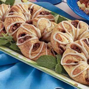 Pecan dulces rollo Anillos RecetaIngredientes 2 tubos (8 onzas cada uno ) rollos de media luna refrigerados 4 cucharadas de mantequilla derretida, dividida 1/2 taza de nueces picadas 1/4 taza de azúcar 1 cucharadita de canela molida 1/2 cucharadita de nuez moscada molida Azúcar 1/2 confiteros de la taza 2 cucharadas de jarabe de arce