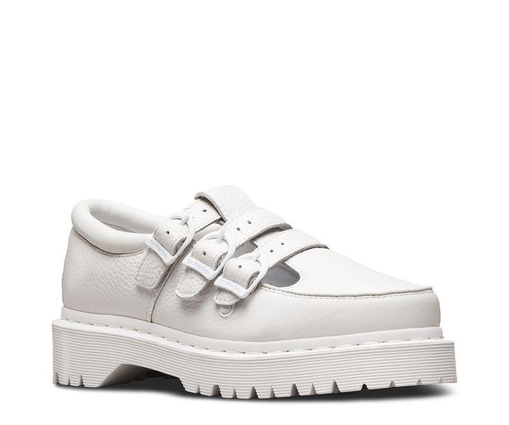 Steek je '90's relschopster-stijl de kop op met Freya, een urbanversie van de klassieke Mary Jane. De Freya is vervaardigd uit Aunt Sally, een leer met duidelijke structuur dat zacht aanvoelt. Hij is voorzien van een driedubbele gespsluiting, een comfortabele gepolsterde kraag en zorgt voor wat extra hoogte met zijn stoere, grove zool. Deze hedendaagse schoen geeft jouw stijl een pittige boost en biedt alle Doc's DNA en pit, zoals gegroefde zijkanten, geel stiksel, verende AirWair tec...