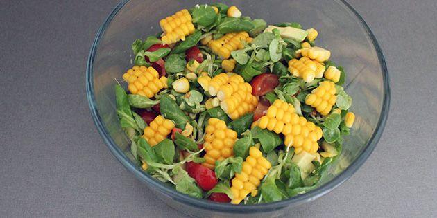 Lækker salat med hele stykker friske majs fra majskolber og avocado, der giver både noget knasende og noget blødt. Den skønne salat er nem at lave, og kan både laves med og uden dressing.