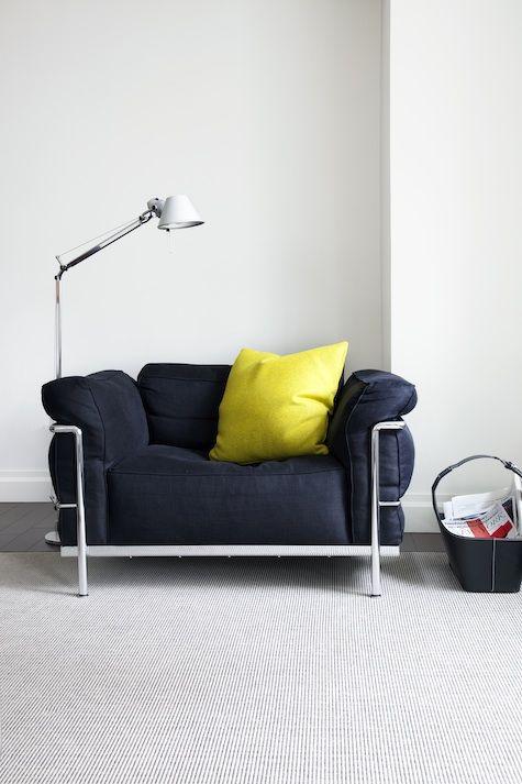 ゆっくり一人の時間を楽しむのに良さそうなソファ。ワイヤーフレームがおしゃれ。