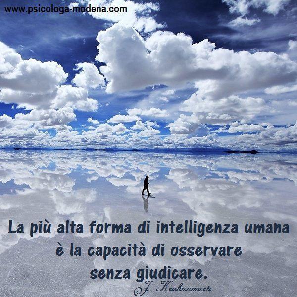 """Sai cosa vuol dire «essere intelligenti»? La parola """"intelligenza"""" si fa risalire all'avverbio latino """"intus"""" = dentro e al verbo latino """"legere"""" = leggere, comprendere. La persona intelligente è dunque quella che sa leggere oltre la superficie e guardare dentro le persone ed i fatti in modo profondo. #aforisma #intelligenza"""