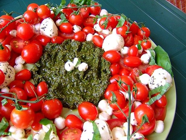 Caprese Salad Wreath with Pesto!  Yum! Use various sizes and slices of tomatoes and mozzarella balls.