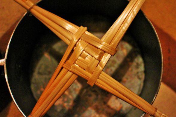 """""""Brighid´s Cross"""", das traditionelle Sonnenkreuz der Göttin Brighid in einem schmiedeeisernen Kessel."""