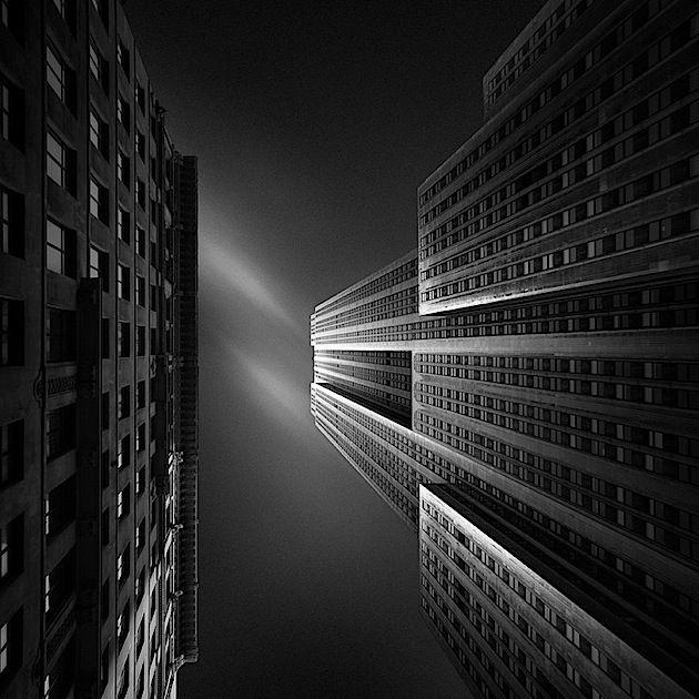 Der holländische Fotograf Joel Tjintjelaar macht nur Schwarz-Weiß-Bilder, weil ihn Farben nur ablenken würden. So kann er sich auf das Licht, die G…