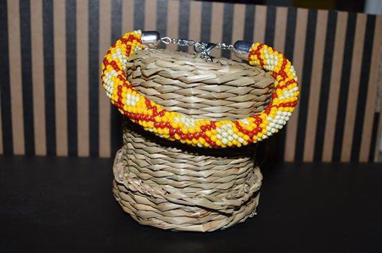 Háčkovaný náramek Náramek háckovaný z korálků, délka cca 18 cm