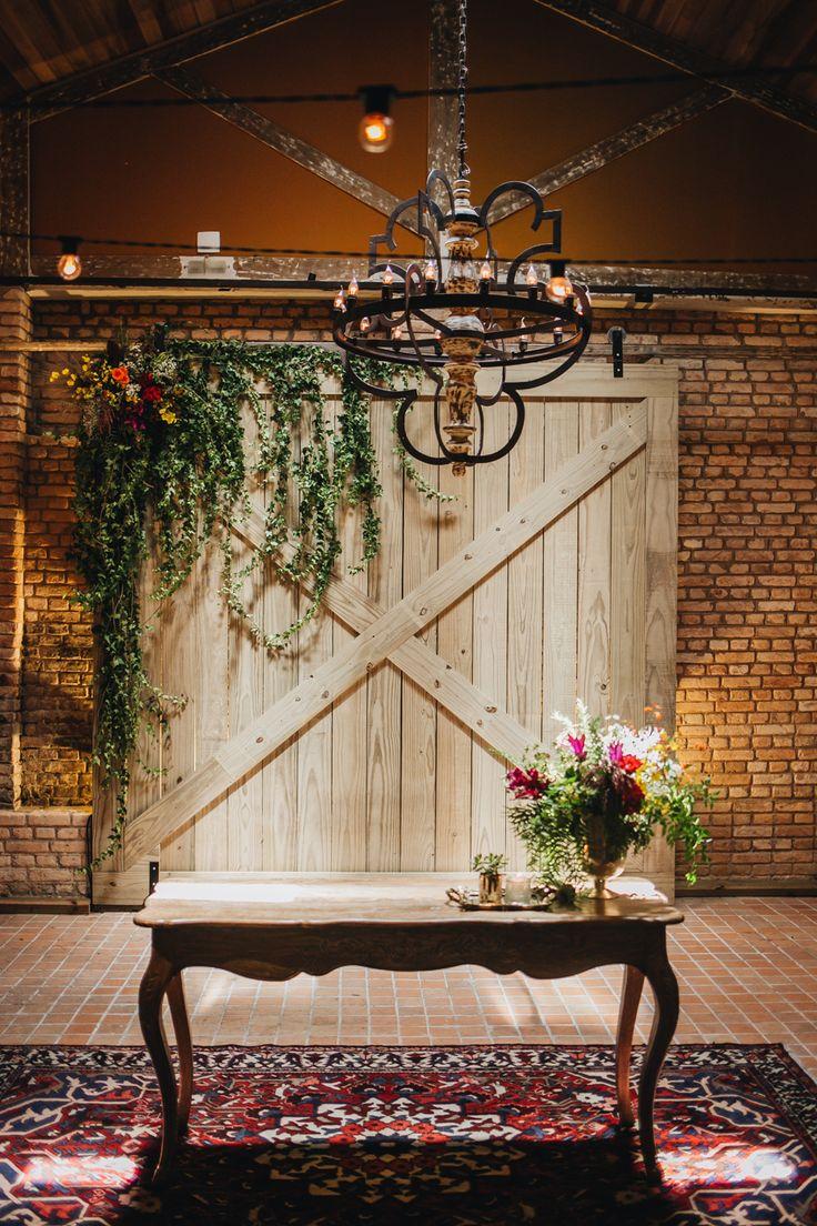 Decoração para altar de casamento no celeiro