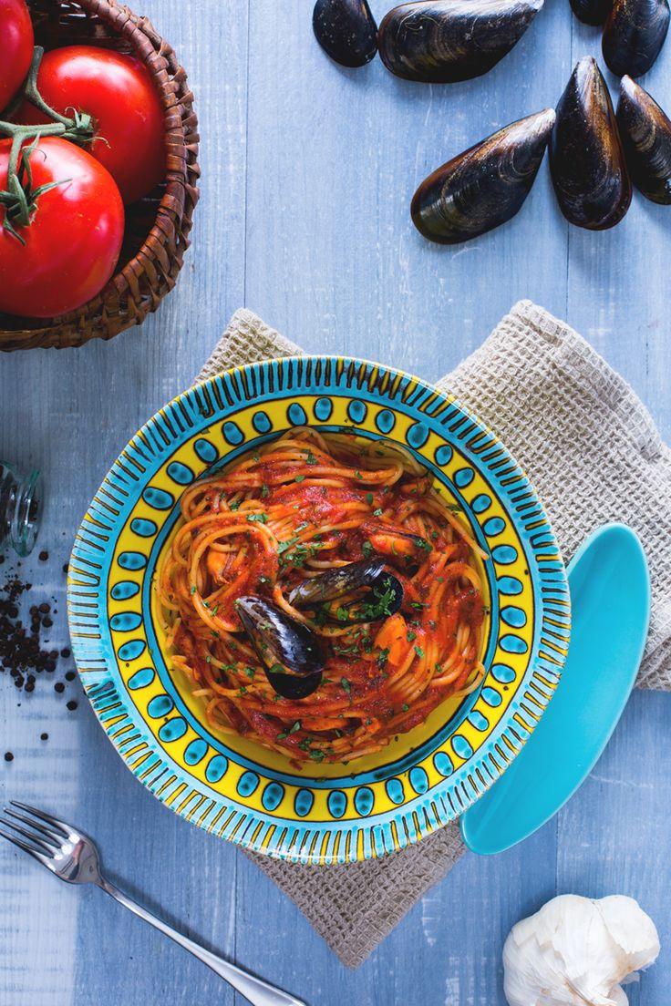 Spaghetti con le cozze: un primo piatto semplice da preparare, dall'irresistibile condimento a base di pomodoro che impreziosisce i molluschi.  [Spaghetti with mussels]