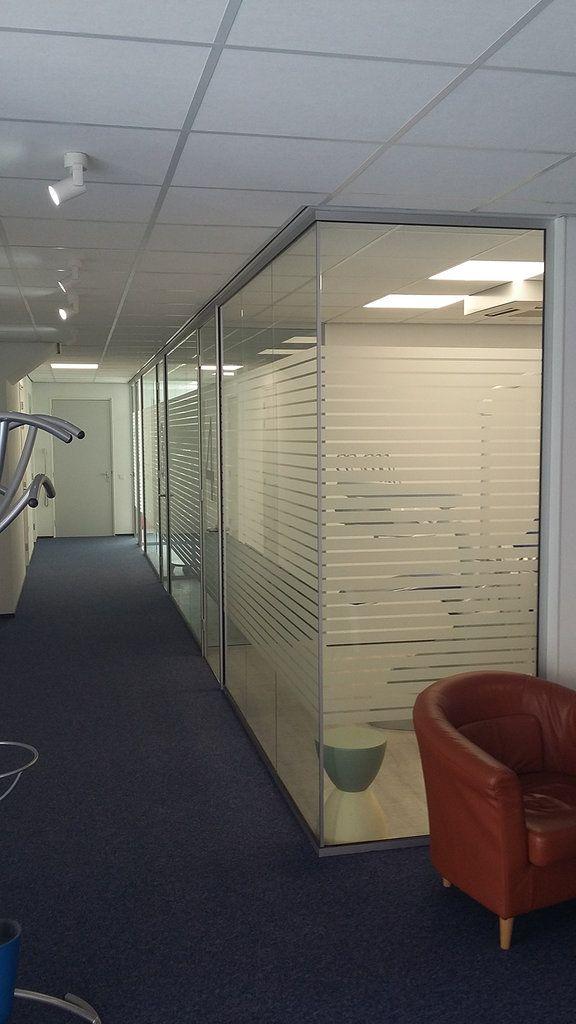 Glazen wanden voor een praktijkruimte met de horizontaal gezandstraalde lijnen is privacy in de - Kantoor lijnen ...