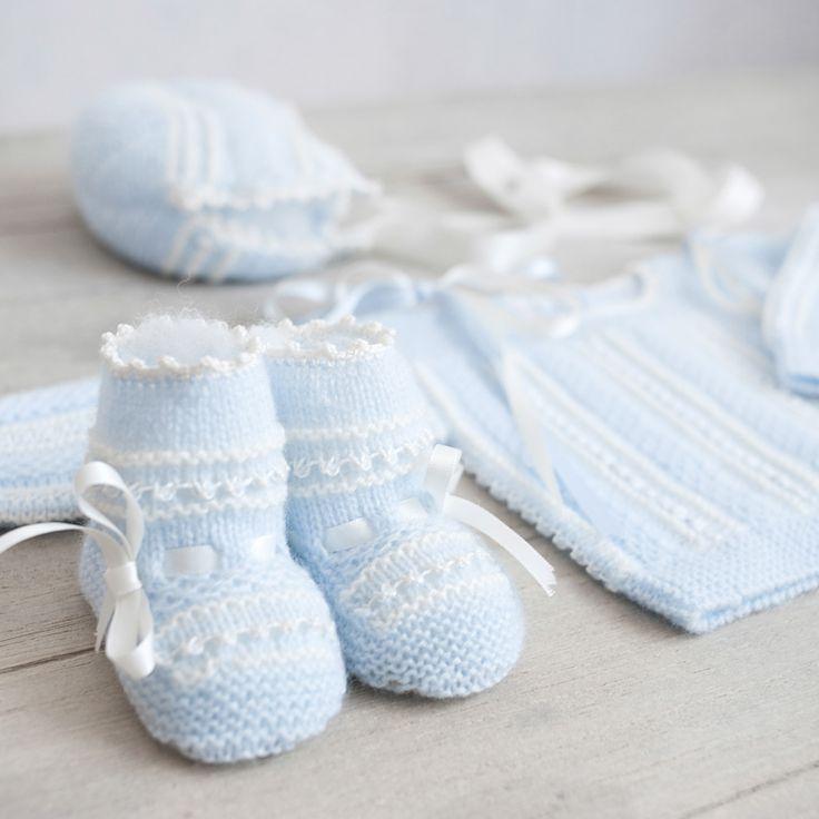 Conjunto de primera puesta azul bebé y blanco.