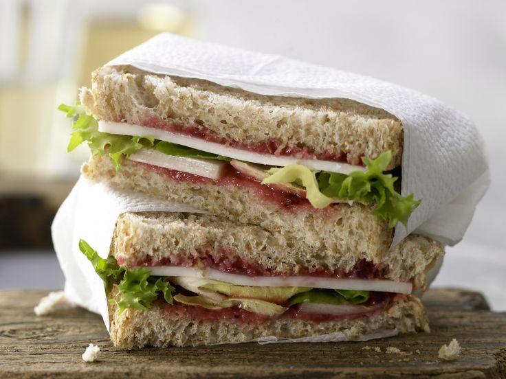Nach Tramezzini-Art: Ziegenkäse-Sandwich - mit Salat und Preiselbeersenf - smarter - Kalorien: 282 Kcal - Zeit: 10 Min. | http://eatsmarter.de/rezepte/ziegenkaese-sandwich