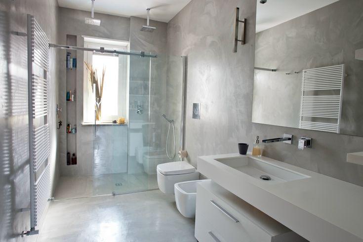 Bagno - pavimento e pareti in resina Doccia sotto la finestra