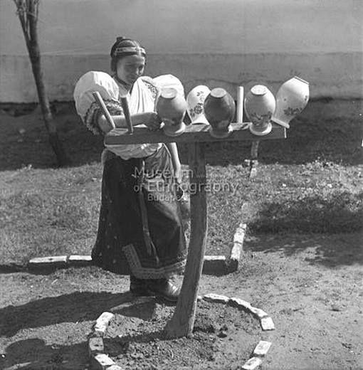 Leány a köcsögfánál, szalagpártás hajviselettel, Boldog, 1930-as évek - a Néprajzi Múzeum meghatározása alapján! Fotó: Vadas Ernő