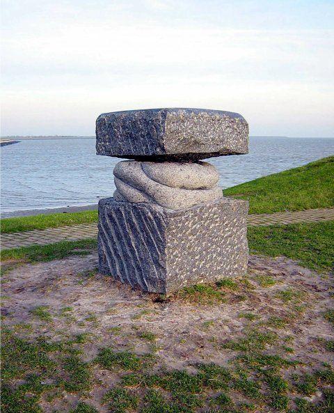"""De zes beelden zijn getiteld: """"Eiland"""", """"Wrak"""", """"Zeilen"""", """"Vergaan"""",""""Bolder"""" en """"Eilanders"""". Ze zijn gemaakt van 23 brokken graniet die meer dan een eeuw op de zeebodem bij het eiland hebben gelegen. De beeldhouwster maakte de beelden tijdens drie Oerol festivals. De op 8 september, 2006 door cultuurgedeputeerde B.Mulder onthulde beeldengroep is dan ook een permanent monument voor het Oerol festival"""