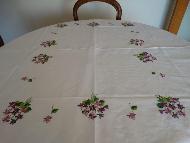 toalha de mesa   bordada em linhas dmc ,  feita pela minha mãe.