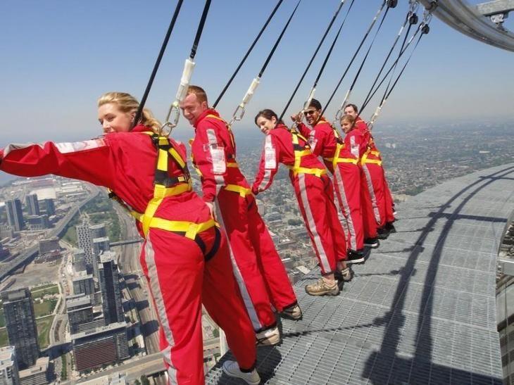 Си-Эн Тауэр — небоскреб высотой в 584 метра со смотровой площадкой.