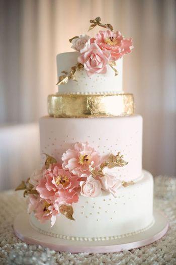 1段だけゴールドをポイントに使ったウェディングケーキ。 優しいピンクの色合いにゴールドが映えています。