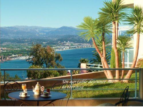 T2, splendide vue mer, parking, piscine: Déjeuner sur la terrasse - France-Voyage.com