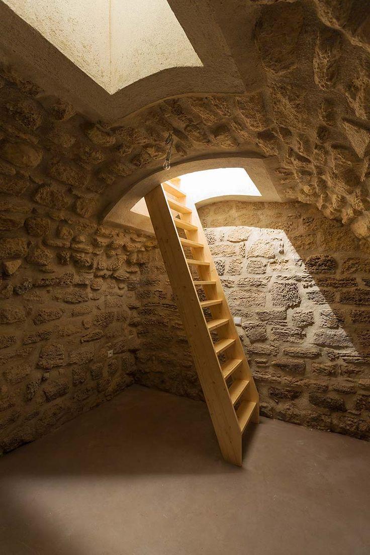 Широкая деревянная лестница в подвал