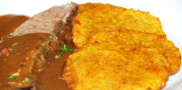Kýta z divočáka na slanině a jalovci s bramboráčky