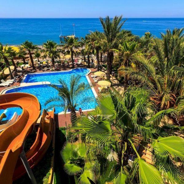 Отель Galeri Resort находится в 90 км от аэропорта и в 35 км от Алании. Отель Galeri Resort предоставляет для отдыха номера на берегу моря, 2 бассейна и водные горки. Пляж находиться в пару минут ходьбы от отеля.  Отель предлагает блюда: турецкой, международной кухни. Гости могут также попробовать легкие закуски в снэк-баре или в американском баре. #акция #путешествия #туры #турция