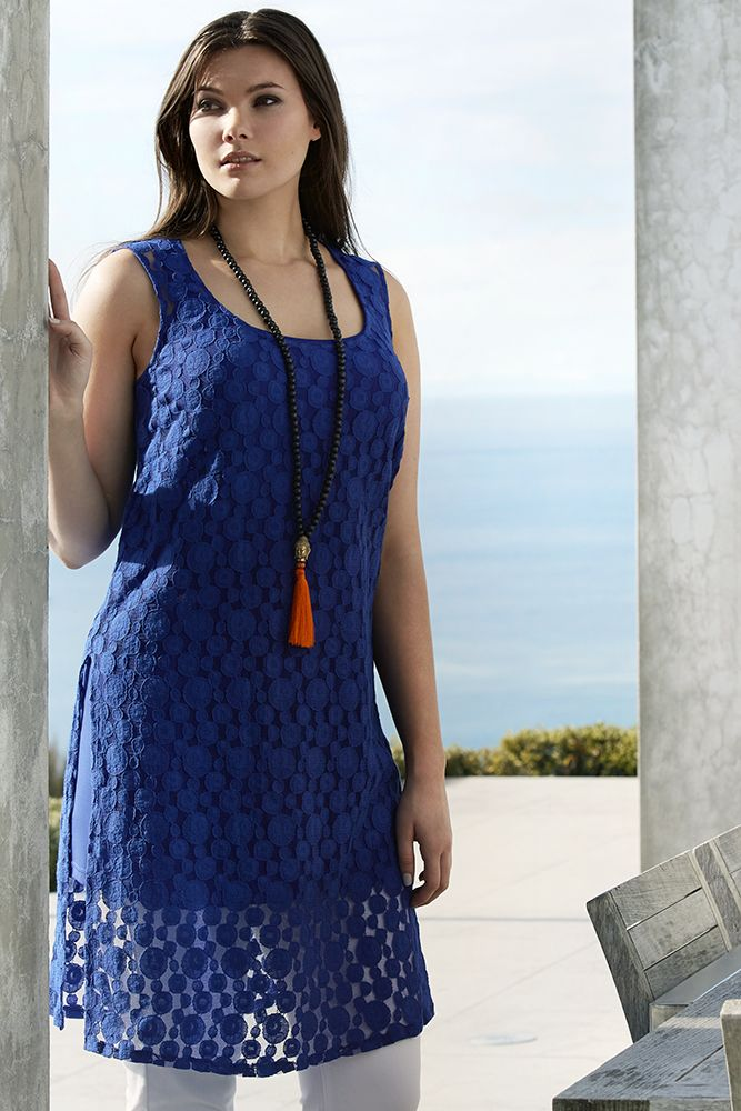 K&K plus size curvy fashion. Lace side-split tunic worn over jeggings. The side-split style top is a key look for this summer.