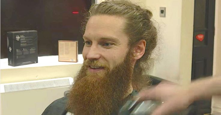 Na jaren laat hij eindelijk zijn baard afscheren. En wat daar onder vandaag komt?...WOW