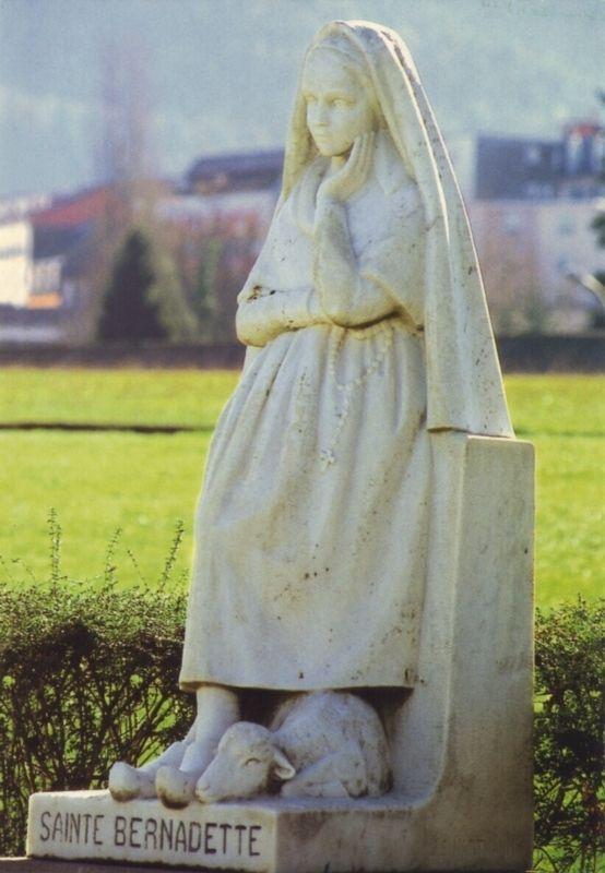 Lourdes- Maria Bernarda Sobirós, la giovane contadina che ebbe le apparizioni mariane a Lourdes, preferì rimanere sempre umile e indiscreta, e per questo si fece chiamare semplicemente Bernardette.