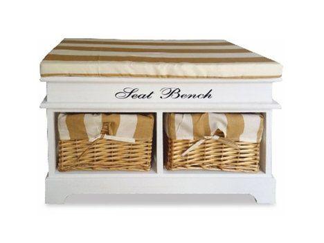 Selský styl nemusí nutně znamenat, že doma bude vše v barvě přírodního dřeva. I bílá barva je povolená. Lavice Seat Bench s pruhovaným sedákem a úložným prostorem pro proutěné koše je praktickým kusem nábytku i krásnou dekorací, cena 1790 Kč; NAKUP-NÁBYTEK