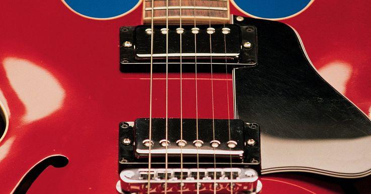 Como cortar um escudo de guitarra. Um escudo é um pedaço de plástico, geralmente com a espessura de 2,5 milímetros, que se adere à parte da frente da guitarra ou violão. Ele protege a área ao redor dos captadores e botões e uma boa parte da frente do corpo da guitarra dos danos causados pela palheta, causados por tocar por muito tempo. Os escudos vêm em vários formatos e cores e se ...