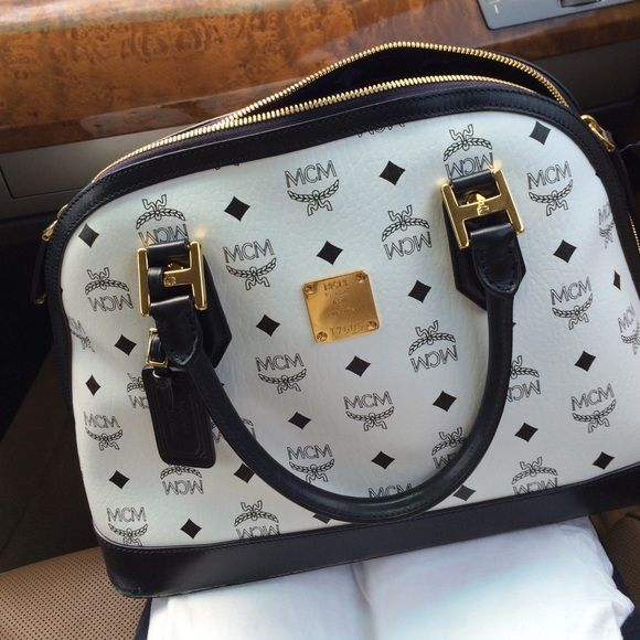 MCM purse 100%  authentic Leather chattel purse 100% authentic used but in very good condition ... Guaranty MCM Bags