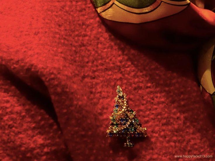 :-) How I Wear My: Brooch - rhinestone chains - fairy lights / Strassketten als Lichterketten :-)
