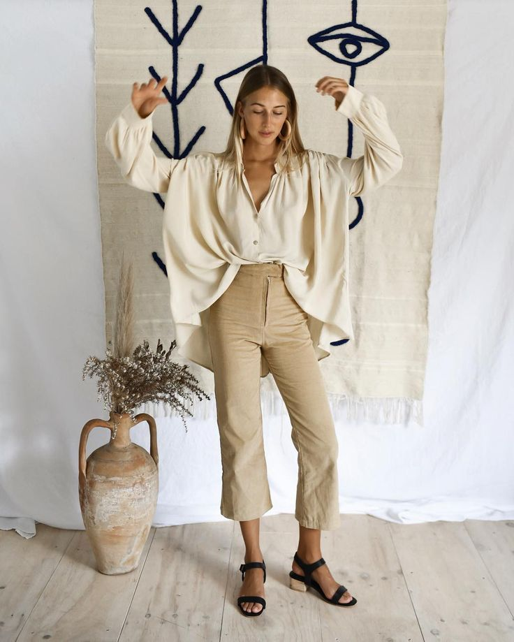 Oversize cream blouse, cropped beige trousers & bl…