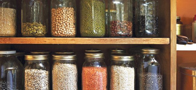 Сухие продукты лучше всего хранить в стеклянных банках с плотно закрытой…