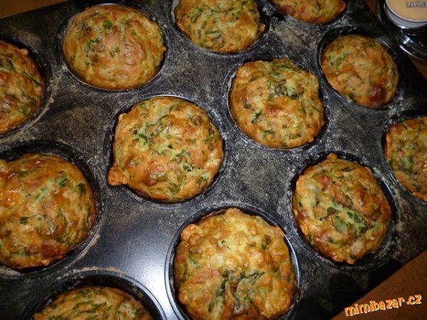 Sýrové muffiny se špenátem: 70 g mozzarely,nivy nebo jiného oblíbeného sýra,70 g eidamu,150 g mraženého listového špenátu,250 g hl.mouky, 2 lžičky prášku do pečiva, 50 g másla, 2 vejce, 200 ml smetany, muškát. oříšek, sůl, pepř, podravku. Pečeme na 200*C asi 20 min.