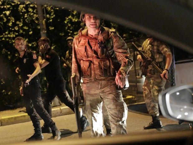 O Exército turco afirmou, em comunicado de imprensa, que tomou o poder em todo o país